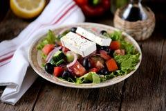 Κλασική ελληνική σαλάτα από τις ντομάτες, τα αγγούρια, το κόκκινο πιπέρι, το κρεμμύδι με τις ελιές, oregano και το τυρί φέτας Στοκ φωτογραφία με δικαίωμα ελεύθερης χρήσης