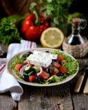 Κλασική ελληνική σαλάτα από τις ντομάτες, τα αγγούρια, το κόκκινο πιπέρι, το κρεμμύδι με τις ελιές, oregano και το τυρί φέτας Στοκ εικόνες με δικαίωμα ελεύθερης χρήσης