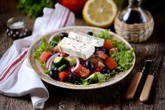 Κλασική ελληνική σαλάτα από τις ντομάτες, τα αγγούρια, το κόκκινο πιπέρι, το κρεμμύδι με τις ελιές, oregano και το τυρί φέτας Στοκ εικόνα με δικαίωμα ελεύθερης χρήσης