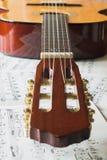 Κλασική κιθάρα στις mucic σημειώσεις στοκ εικόνα