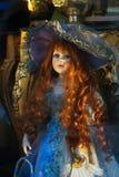 Κλασική κούκλα ομορφιάς στο φόρεμα πολυτέλειας Στοκ εικόνα με δικαίωμα ελεύθερης χρήσης