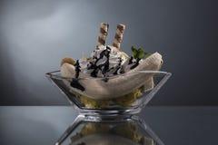 Κλασική μπανάνα που χωρίζονται με την κτυπημένη κρέμα και αμύγδαλο που διακοσμείται Στοκ Φωτογραφία