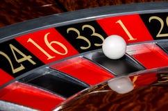 Κλασική ρόδα ρουλετών χαρτοπαικτικών λεσχών με το μαύρο τομέα τριάντα τρία 33 Στοκ Φωτογραφία
