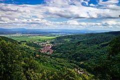 Κλασική φυσική άποψη τοπίων με τα βουνά στο υπόβαθρο Στοκ εικόνες με δικαίωμα ελεύθερης χρήσης