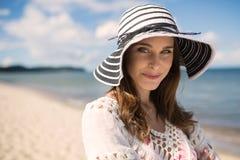 Κλασική όμορφη γυναίκα στο καπέλο που στέκεται παραλιών Στοκ Φωτογραφίες