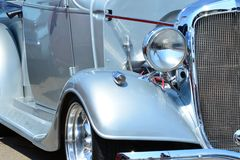 Κλασικοί προβολέας και σχάρα ύφους όχλου αυτοκινήτων ασημένιοι στοκ φωτογραφία