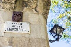 Κλασικοί lamppost και τοίχος που διακοσμούνται με ένα κρανίο στη Βαρκελώνη στοκ φωτογραφίες