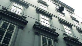 Κλασικός οικοδόμησης πυροβολισμός γωνίας παραθύρων χαμηλός steadicam Βιέννη, Αυστρία, 4K βίντεο απόθεμα βίντεο