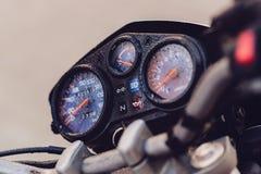 Κλασικός πίνακας ελέγχου μοτοσικλετών στη βροχή στοκ φωτογραφίες