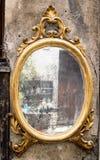 Κλασικός παλαιός καθρέφτης με το επιχρυσωμένο πλαίσιο στοκ εικόνες