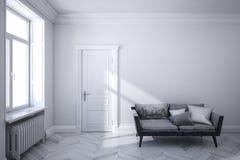 Κλασικό άσπρο Σκανδιναβικό εσωτερικό με το μαύρο καναπέ, το ξύλινο πάτωμα, την πόρτα και το παράθυρο Στοκ Φωτογραφία