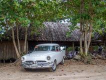 Κλασικό αμερικανικό αυτοκίνητο στην παραλία κοντά σε Baracoa Στοκ Φωτογραφίες