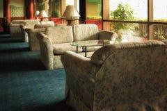 Κλασικό εσωτερικό με έναν κλασικό καναπέ στο καθιστικό Στοκ Εικόνα
