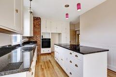 Κλασικό εσωτερικό δωματίων κουζινών με τα λευκά γραφεία και τη σκοτεινή αντίθετη κορυφή Στοκ Φωτογραφία