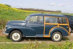 Κλασικό δευτερεύον oldtimer 1000 Morris στο ολλανδικό πόλντερ Στοκ Φωτογραφίες