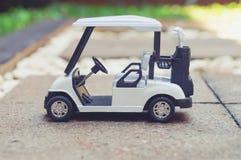κλασικό ζωηρόχρωμο λευκό γκολφ αυτοκινήτων ανασκόπησης Στοκ φωτογραφίες με δικαίωμα ελεύθερης χρήσης