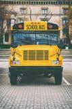 Κλασικό κίτρινο αμερικανικό σχολικό λεωφορείο στο χώρο στάθμευσης Στοκ φωτογραφία με δικαίωμα ελεύθερης χρήσης