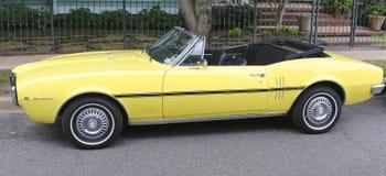 Κλασικό κίτρινο Pontiac Firebird μετατρέψιμο Στοκ Εικόνα