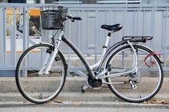 Κλασικό καλάθι ποδηλάτων πόλεων Στοκ Εικόνες