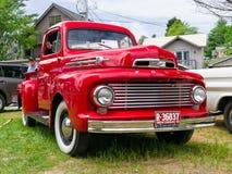 Κλασικό κόκκινο φορτηγό της Ford Στοκ εικόνες με δικαίωμα ελεύθερης χρήσης