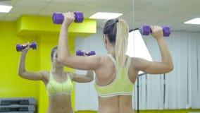 Κλασικό Μυϊκή ξανθή γυναίκα ικανότητας που κάνει τις ασκήσεις στη γυμναστική Ικανότητα - έννοια του υγιούς τρόπου ζωής απόθεμα βίντεο
