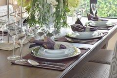 Κλασικό να δειπνήσει ύφους κομψότητας σύνολο να δειπνήσει στον πίνακα Στοκ φωτογραφία με δικαίωμα ελεύθερης χρήσης