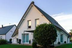 Κλασικό οικογενειακό σπίτι στο μικρό γαλλικό χωριό Στοκ φωτογραφία με δικαίωμα ελεύθερης χρήσης