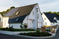 Κλασικό οικογενειακό σπίτι στο μικρό γαλλικό χωριό Στοκ φωτογραφίες με δικαίωμα ελεύθερης χρήσης