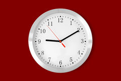 Κλασικό ρολόι στο κόκκινο υπόβαθρο Στοκ εικόνα με δικαίωμα ελεύθερης χρήσης