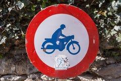 Κλασικό σημάδι κυκλοφορίας ότι καμία μοτοσικλέτα δεν επιτρέπεται Στοκ φωτογραφία με δικαίωμα ελεύθερης χρήσης