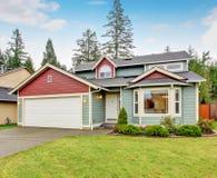 Κλασικό σπίτι με το γκαράζ και driveway Στοκ Εικόνες