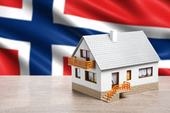 Κλασικό σπίτι στο κλίμα σημαιών της Νορβηγίας Στοκ φωτογραφία με δικαίωμα ελεύθερης χρήσης