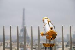 Κλασικό τηλεσκόπιο πέρα από τον ουρανό του Παρισιού στοκ εικόνα