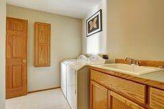 Κλασικό δωμάτιο πλυντηρίων με το πάτωμα κεραμιδιών Στοκ Φωτογραφία