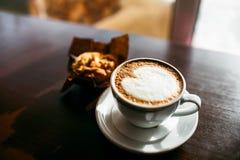 Κλασικό espresso ύφους που πυροβολείται με muffin και τον καφέ τσιπ Στοκ φωτογραφίες με δικαίωμα ελεύθερης χρήσης