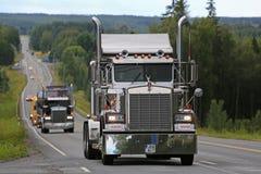 Κλασικό Kenworth W900B στη συνοδεία φορτηγών Στοκ εικόνες με δικαίωμα ελεύθερης χρήσης