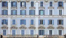 Κλασσικά παράθυρα apartaments στη Ρώμη Στοκ φωτογραφίες με δικαίωμα ελεύθερης χρήσης