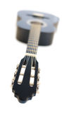 Κλασσική ακουστική κιθάρα που απομονώνεται σε ένα άσπρο υπόβαθρο Στοκ Φωτογραφίες