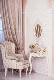 Κλασσική πολυθρόνα, συνεδρίαση Santa Χριστουγέννων στον πίνακα επιδέσμου Στοκ Φωτογραφίες