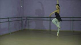 Κλασσική πλάγια όψη χορευτών μπαλέτου Όμορφο χαριτωμένο ballerine στη μαύρη θέση μπαλέτου πρακτικής arabesque στην αίθουσα φιλμ μικρού μήκους