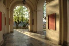Κλασσική σκεπαστή είσοδος πρόσοψης Στοκ φωτογραφία με δικαίωμα ελεύθερης χρήσης