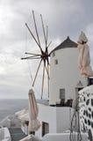Κλασσικός παλαιός ανεμόμυλος στο ελληνικό santorini νησιών Στοκ Εικόνες