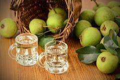 Κλασσικό ποτό αχλαδιών φιαγμένο από ευρωπαϊκό άγριο αχλάδι στοκ εικόνες με δικαίωμα ελεύθερης χρήσης