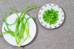 Κλαδάκι των πράσινων κρεμμυδιών  τεμαχισμένα κρεμμύδια στην απόλυση Στοκ Φωτογραφία