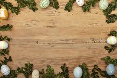 Κλαδίσκοι και αυγά Πάσχας ως πλαίσιο στο ξύλο, διάστημα αντιγράφων Στοκ εικόνα με δικαίωμα ελεύθερης χρήσης