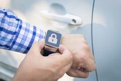 Κλείσιμο του αυτοκινήτου με το έξυπνο ρολόι app Στοκ Φωτογραφία