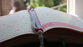 Κλείστε αυξημένος ενός αντιγράφου του Quran, πιό ιερό βιβλίο του Ισλάμ απόθεμα βίντεο