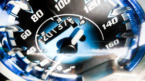 Κλείστε αυξημένος ενός μετρητή ταχύτητας σε ένα αυτοκίνητο στοκ εικόνα