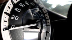 Κλείστε αυξημένος ενός μετρητή ταχύτητας σε ένα αυτοκίνητο στοκ εικόνα με δικαίωμα ελεύθερης χρήσης