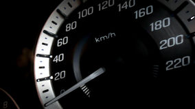 Κλείστε αυξημένος ενός μετρητή ταχύτητας σε ένα αυτοκίνητο στοκ φωτογραφίες